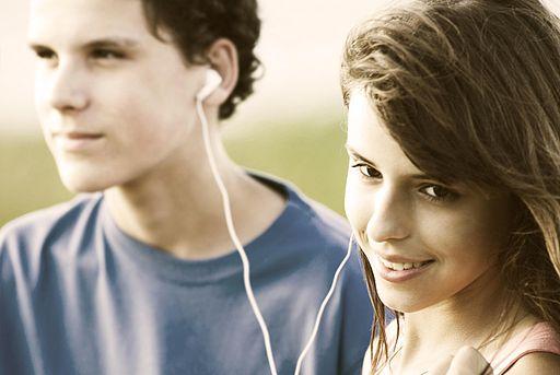 512px-Teens_sharing_a_song.jpg